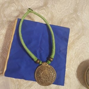 Pendant set with thread necklace in green